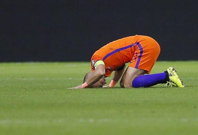 Robben va dong doi chinh thuc o nha xem World Cup hinh anh