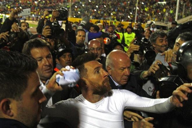 Messi giup Argentina gianh ve du World Cup anh 5