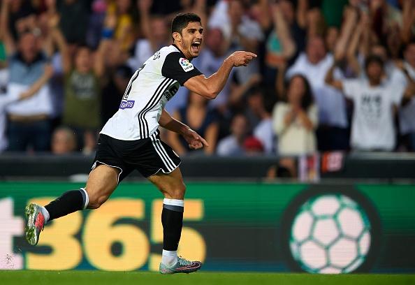 Valencia bo xa Real 4 diem bang man vui dap Sevilla 4-0 hinh anh 1