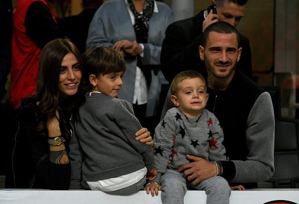 Bonucci than tho nhin Higuain lap cu dup nhan chim AC Milan hinh anh 1