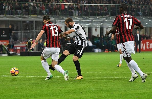 Bonucci than tho nhin Higuain lap cu dup nhan chim AC Milan hinh anh 4