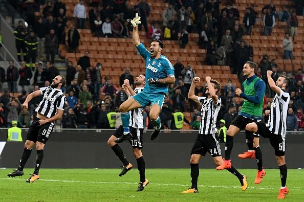 Bonucci than tho nhin Higuain lap cu dup nhan chim AC Milan hinh anh 12