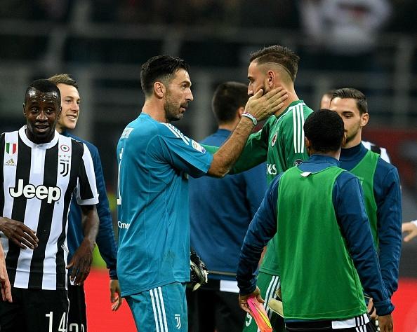 Bonucci than tho nhin Higuain lap cu dup nhan chim AC Milan hinh anh 11