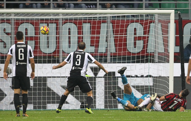 Bonucci than tho nhin Higuain lap cu dup nhan chim AC Milan hinh anh 7