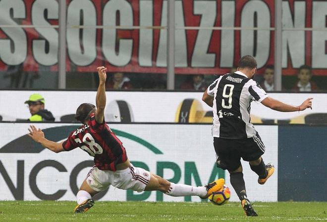 Bonucci than tho nhin Higuain lap cu dup nhan chim AC Milan hinh anh 9