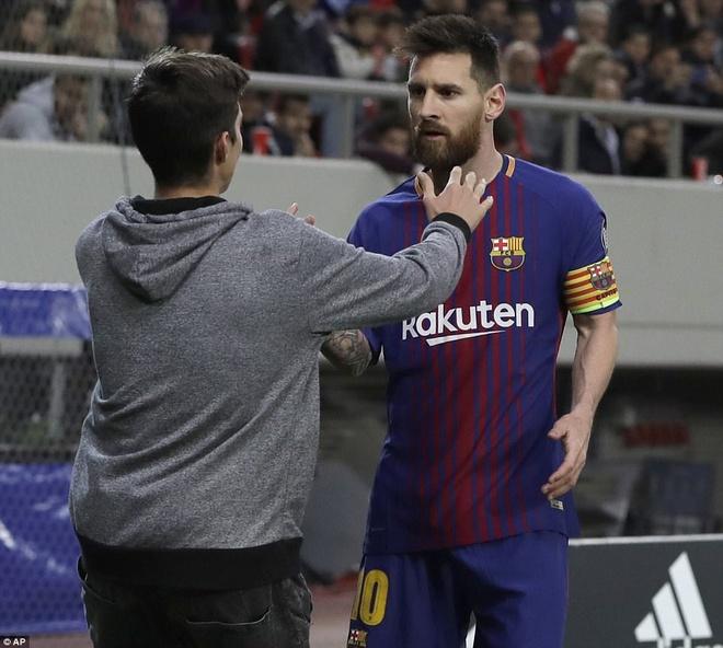 Fan cuong len vao san de xin chup anh va om Messi hinh anh 1