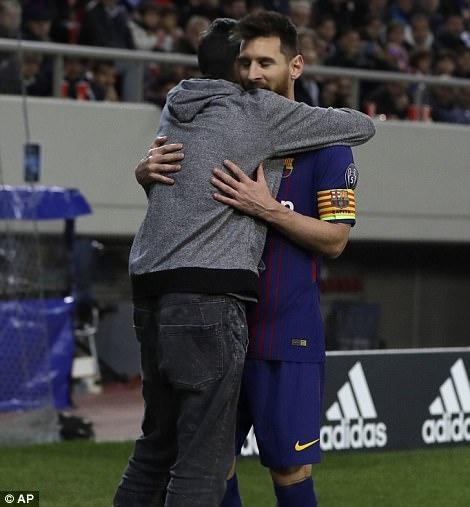 Fan cuong len vao san de xin chup anh va om Messi hinh anh 2