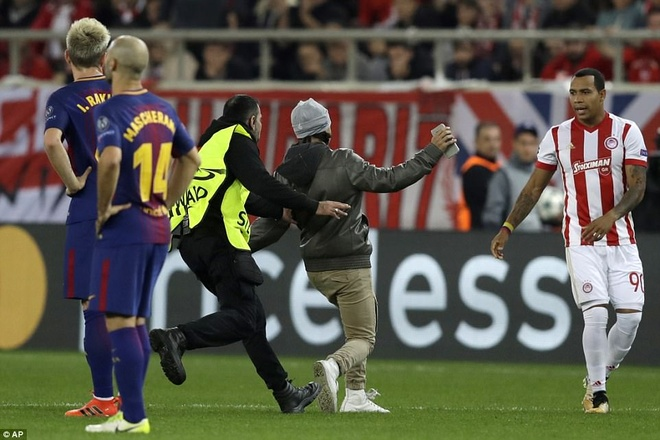 Fan cuong len vao san de xin chup anh va om Messi hinh anh 3