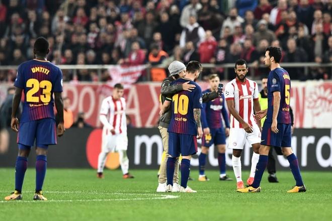Fan cuong len vao san de xin chup anh va om Messi hinh anh 5