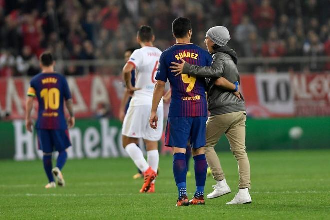 Fan cuong len vao san de xin chup anh va om Messi hinh anh 6