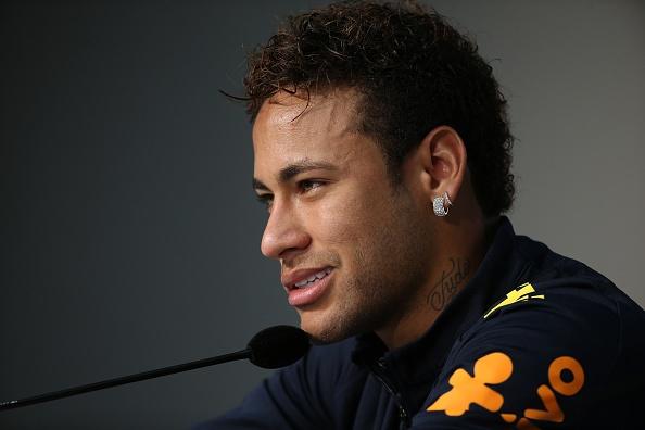 Neymar bat khoc am uc trong phong hop bao hinh anh 2