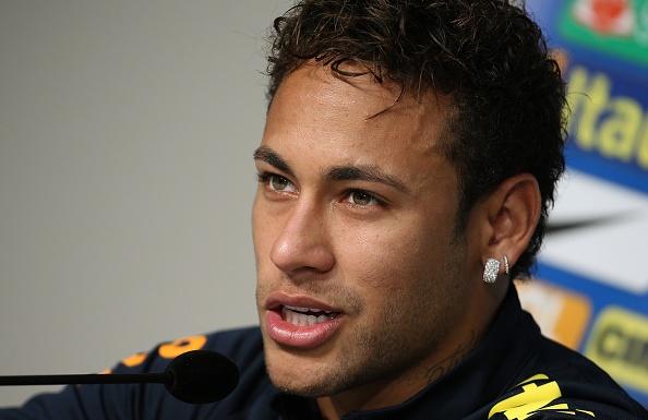 Neymar bat khoc am uc trong phong hop bao hinh anh 3