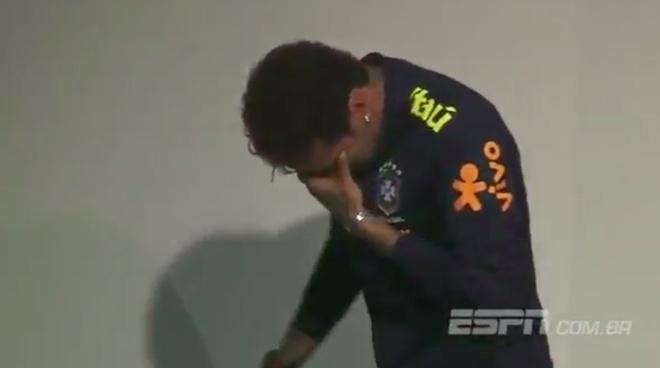 Neymar bat khoc am uc trong phong hop bao hinh anh 6
