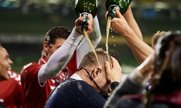 An mung ve World Cup, tuyen Dan Mach trut bia len dau BLV hinh anh 1