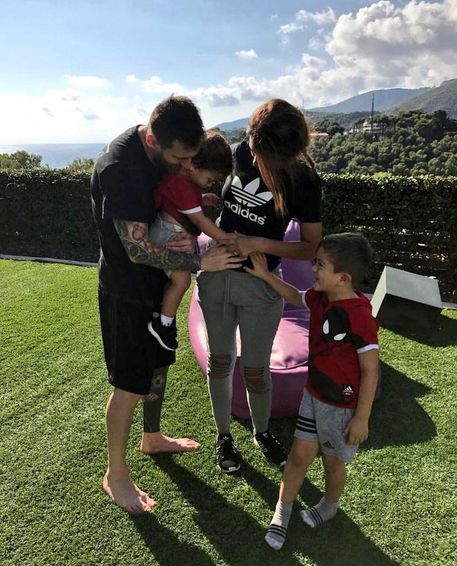 Con trai Messi cang thang khi choi game bong da voi bo hinh anh 5