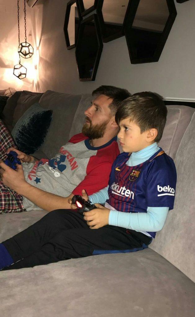 Con trai Messi cang thang khi choi game bong da voi bo hinh anh 1
