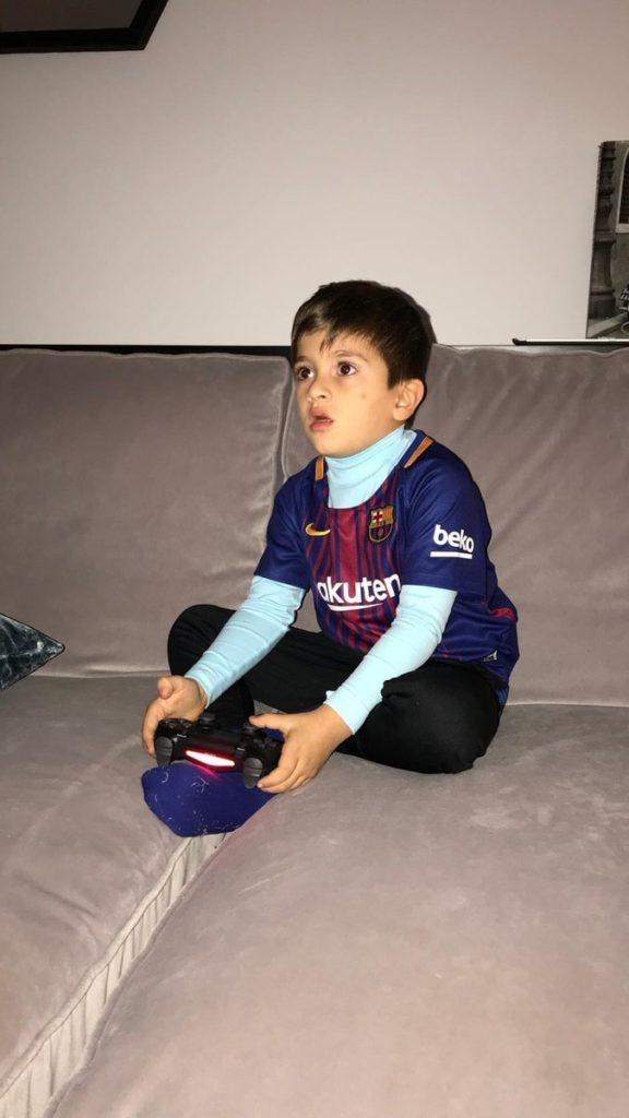 Con trai Messi cang thang khi choi game bong da voi bo hinh anh 2