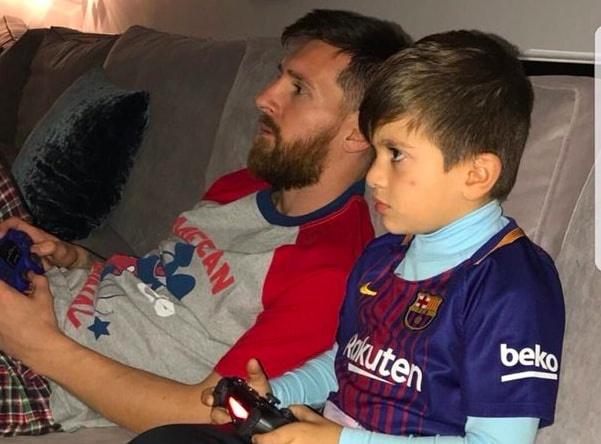 Con trai Messi cang thang khi choi game bong da voi bo hinh anh