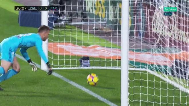 Bong qua vach voi nhung Messi bi cuop trang ban thang hop le hinh anh 1
