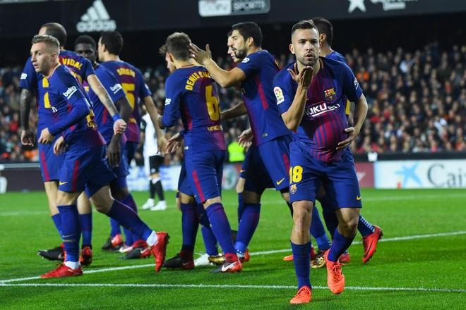 Xe tang Barca dut xich o Valencia, 'ngu ong' Real dac loi hinh anh 9