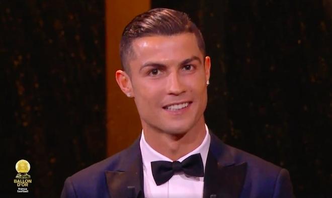 Ronaldo va ban gai nhan mon qua bat ngo tu ban to chuc hinh anh 5