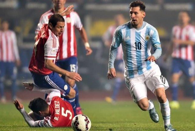 Nhung pha re bong cua Messi khien doi thu lao vao nhau nga dui dui hinh anh