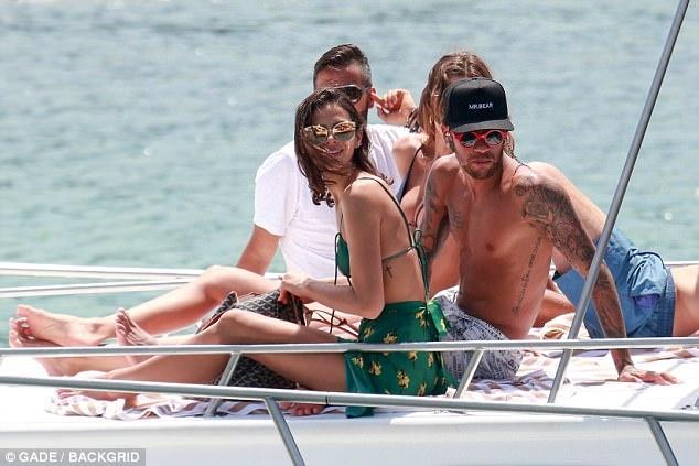 Neymar cung ban gai nguoi mau tan huong ky nghi nam moi hinh anh 5