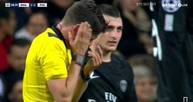 Trong tai dau don khi linh tron duong chuyen cua Neymar vao mat hinh anh 2