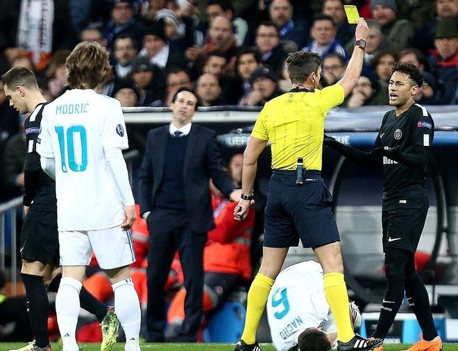 Trong tai dau don khi linh tron duong chuyen cua Neymar vao mat hinh anh 3