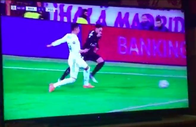 Trong tai dau don khi linh tron duong chuyen cua Neymar vao mat hinh anh 4