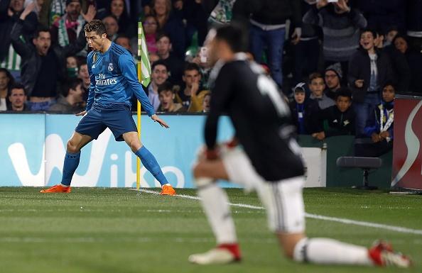 Khoi dau cham nhung Ronaldo da bat kip Messi hinh anh 1