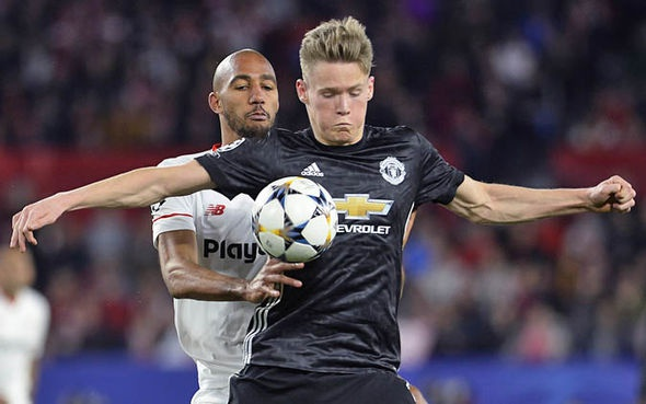 Mourinho om phong vien khi duoc hoi ve sao tre MU hinh anh