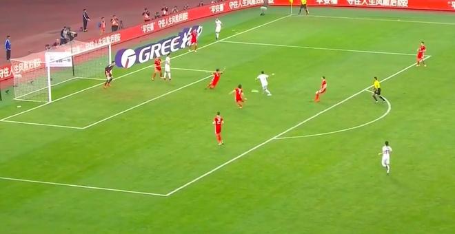 Bale bat luc nhin Suarez va dong doi vo dich tren dat Trung Quoc hinh anh 2