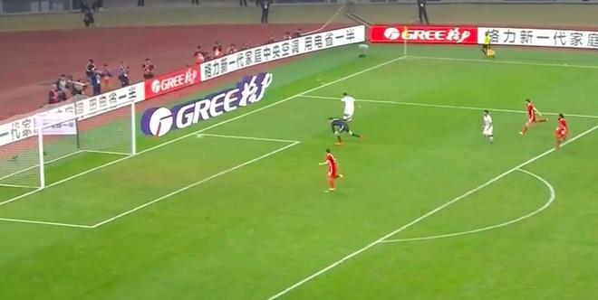 Bale bat luc nhin Suarez va dong doi vo dich tren dat Trung Quoc hinh anh 3
