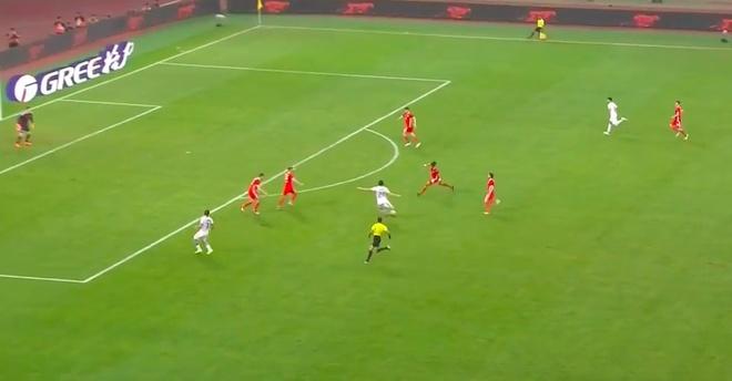 Bale bat luc nhin Suarez va dong doi vo dich tren dat Trung Quoc hinh anh 5