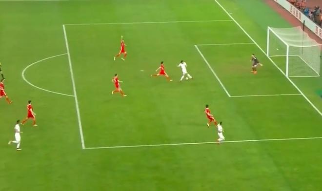 Bale bat luc nhin Suarez va dong doi vo dich tren dat Trung Quoc hinh anh 9