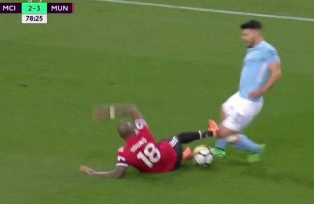 'Trong tai khong du trinh do' giup MU thoat 2 qua penalty? hinh anh