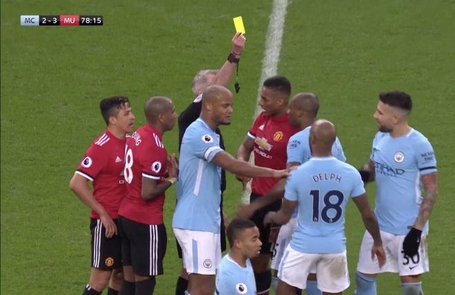 'Trong tai khong du trinh do' giup MU thoat 2 qua penalty? hinh anh 3