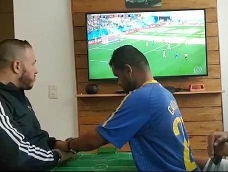 CDV Brazil gay xuc dong khi giup nguoi ban khiem thi xem World Cup hinh anh