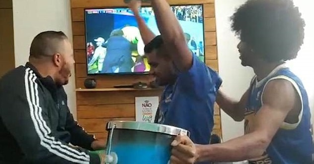 CDV Brazil gay xuc dong khi giup nguoi ban khiem thi xem World Cup hinh anh 3