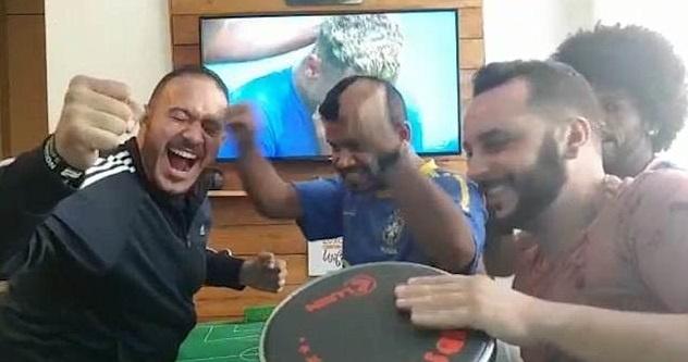 CDV Brazil gay xuc dong khi giup nguoi ban khiem thi xem World Cup hinh anh 2