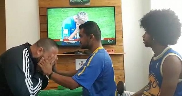 CDV Brazil gay xuc dong khi giup nguoi ban khiem thi xem World Cup hinh anh 4
