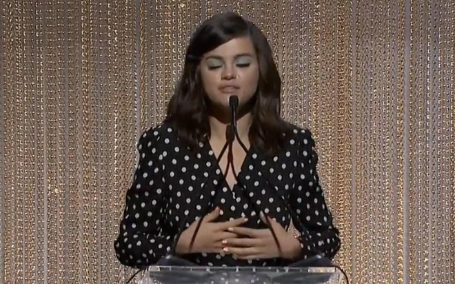 Selena Gomez dien vay cham bi trong mot su kien hinh anh