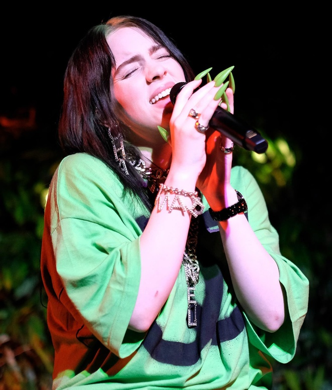 Ngôi sao Billie Eilish chịu đau đớn vì thú chơi móng tay dài