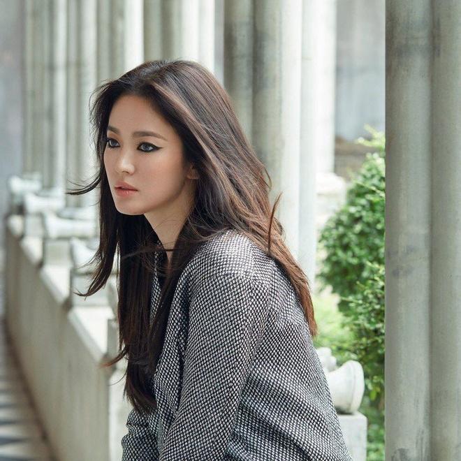 Song Hye Kyo bị chê trang điểm mắt mèo không đẹp như sao Hàn khác