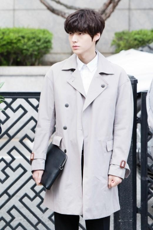 Ahn Jae Hyun co gu an mac nham chan, chuong do mot mau hinh anh 6