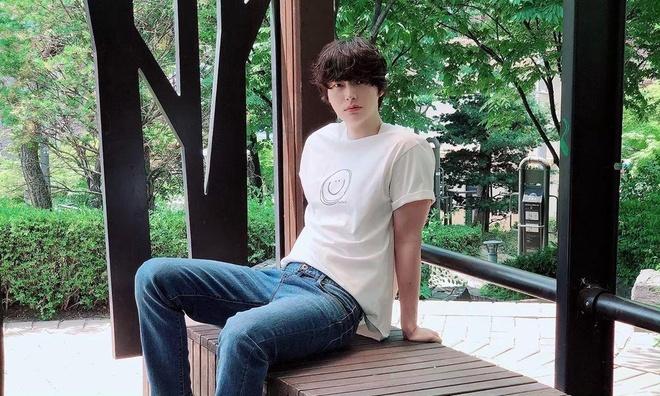 Ahn Jae Hyun co gu an mac nham chan, chuong do mot mau hinh anh 1