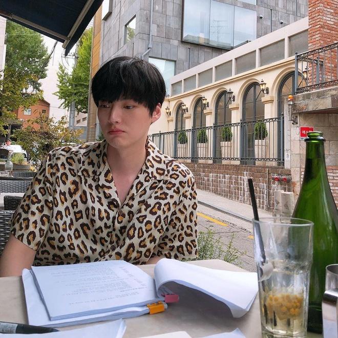 Ahn Jae Hyun co gu an mac nham chan, chuong do mot mau hinh anh 9