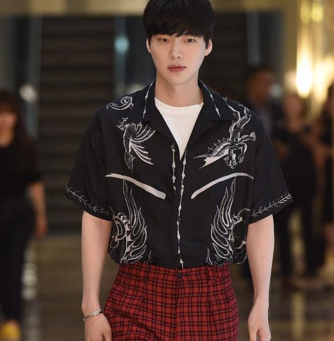 Ahn Jae Hyun co gu an mac nham chan, chuong do mot mau hinh anh 10