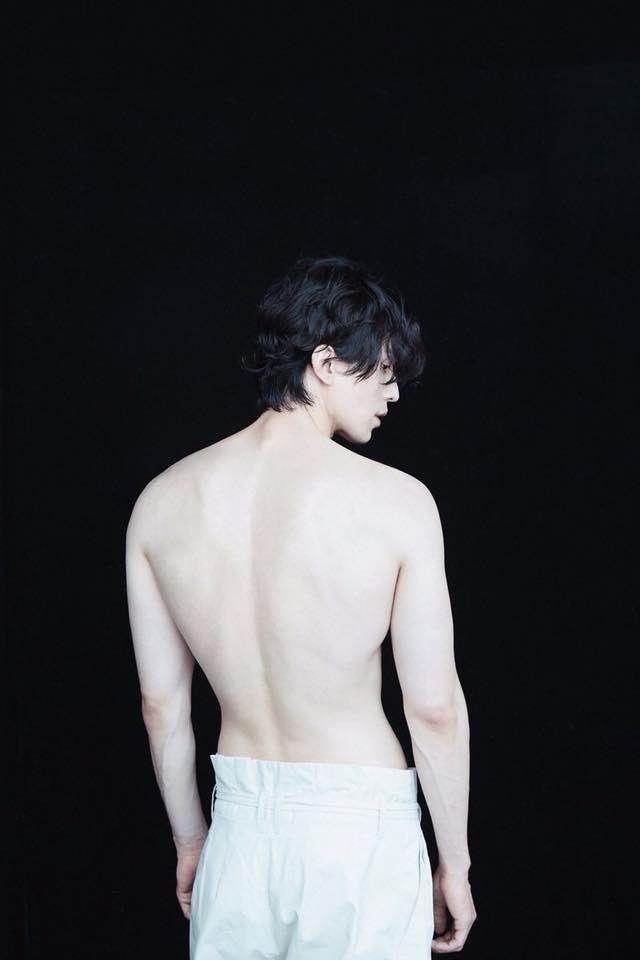Chup anh ban nude, Lee Dong Wook duoc khen trang min hon sao nu hinh anh 1